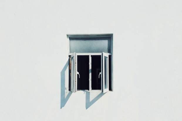 Выпавшая из окна семилетняя девочка скончалась в Ижевске