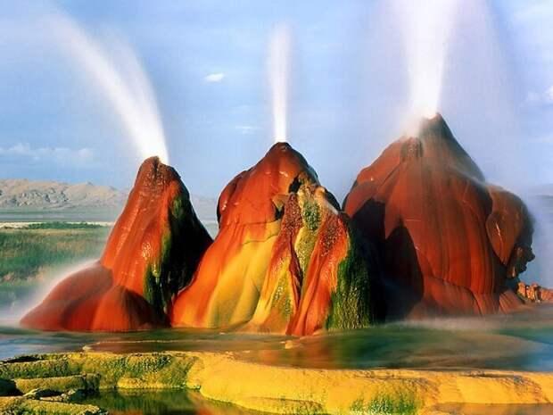 Гейзер Флай находится в засушливой пустыне-солончак Блэк-Рок американского штата Невада, США на высоте 1230 м над уровнем моря, в тридцати километрах от города Геррлах. Подробнее: https://awesomeworld.ru/udivitelnye-mesta/gejzer-flaj-v-ssha.html завораживающе, земля, интересное, красота, пейзажи, природа, фотомир