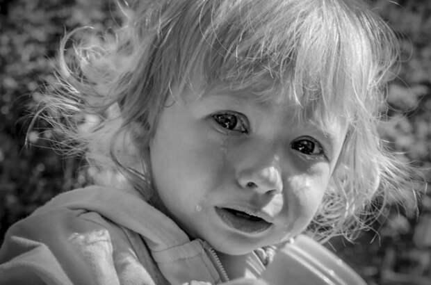 Мужчина заметил маленькую девочку на улице и захотел ей помочь, но когда подошел ближе, побледнел