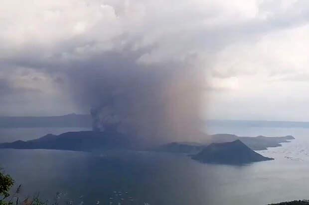 На Филиппинах начали эвакуацию в связи с извержением вулкана Тааль