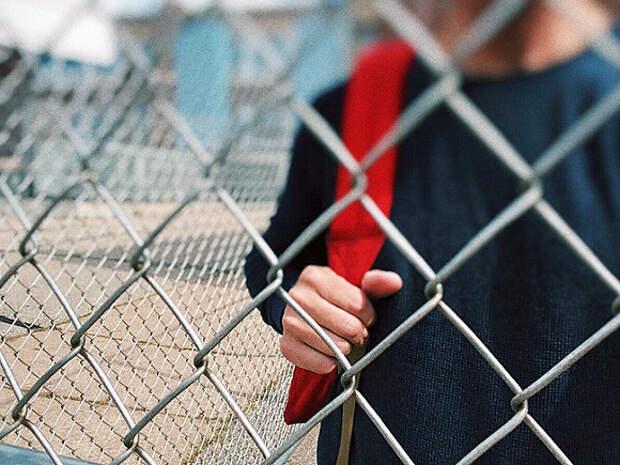 «Ворота всегда закрыты»: в Югре дети перелезают через забор, чтобы попасть в школу