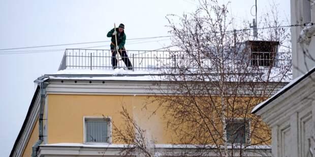 С крыши дома на Радужной убрали снег и сосульки