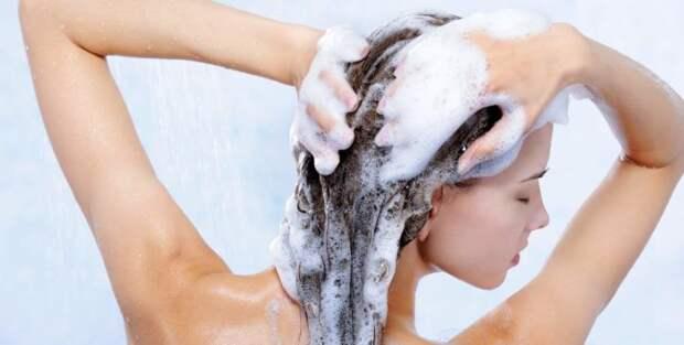 Девушка наносит шампунь