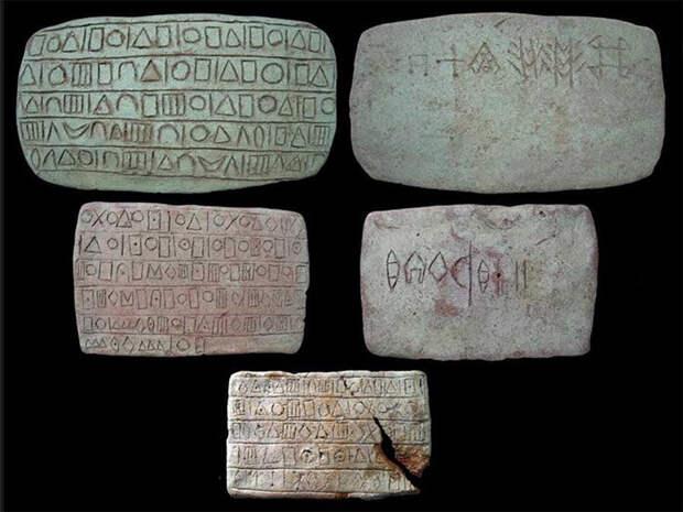 Глиняные таблички имели тексты, написанные в двух системах письма.