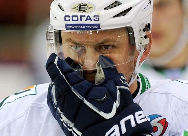 Жуткая травма русского хоккеиста. Ситникову разрезали горло коньком, его увезли со льда на носилках: видео