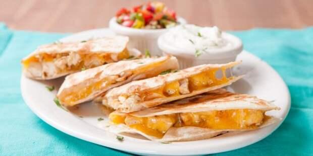 Кесадилья с курицей, сливочным и твёрдым сыром