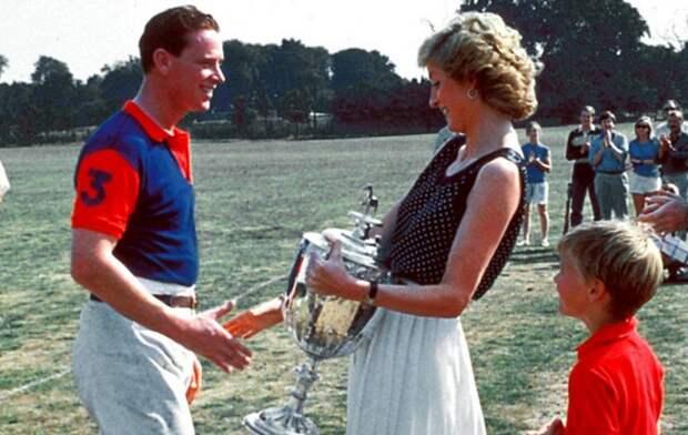 Игрок поло Джеймс Хьюитт получает кубок из рук принцессы Дианы, 1987 год. \ Фото: mysmezeny.sk.