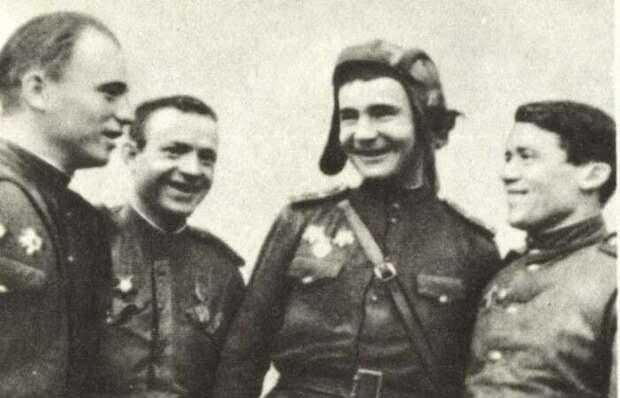 Александр Космодемьянский (второй справа) с боевыми товарищами