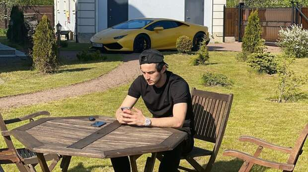 Азмун поделился фотографией нафоне своей Lamborghini