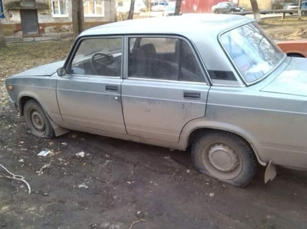 На улице Академика Бочвара машины-«брошенки» стали жертвой местного вандала