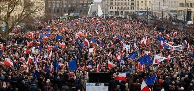 В Варшаве оппозиция вывела на улицы десятки протестующих