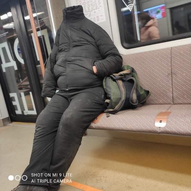 парень спрятал голову в куртке