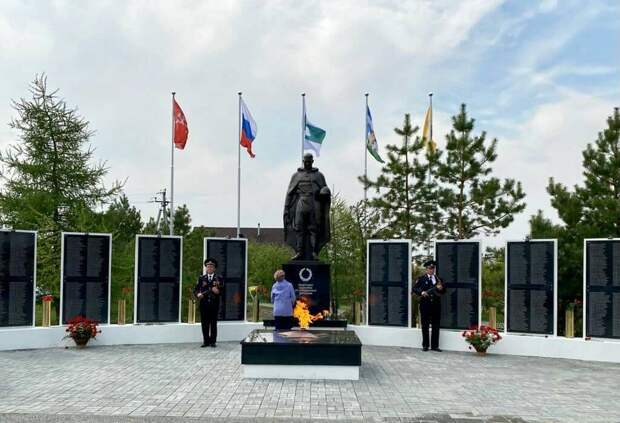Живые цветы в снарядных гильзах: мемориал «Защитнику Отечества от благодарных потомков» открыт в Курганской области