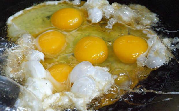 Размешиваем яичницу ложкой, а потом посыпаем рисом: подсмотрели рецепт на корейском рынке