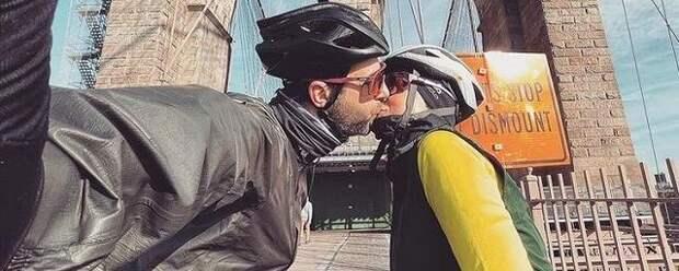 Иван Ургант поделился фото поцелуя с женой Натальей на каникулах в США