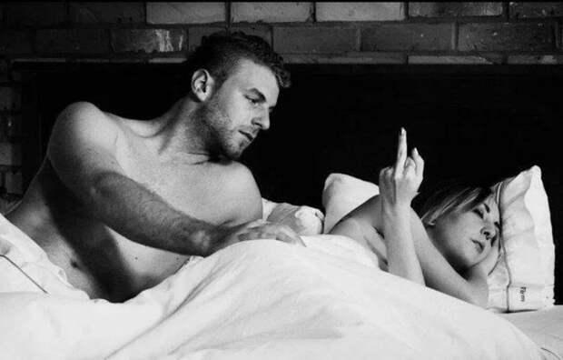 Жених с невестой лежат в постели...