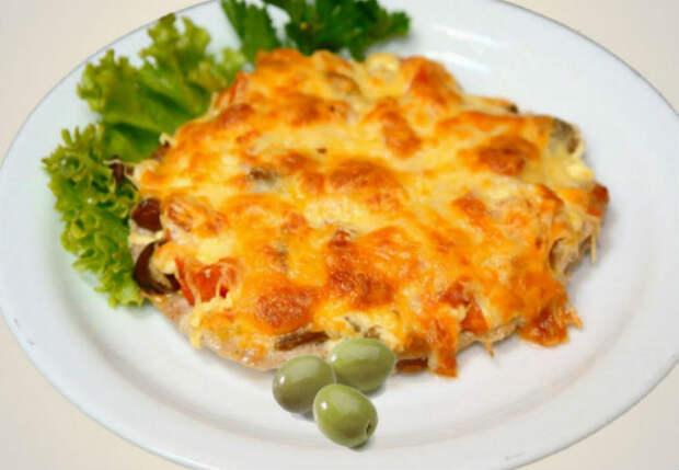 Мясо под сыром запекаем сразу с картошкой: гарнир больше не нужен