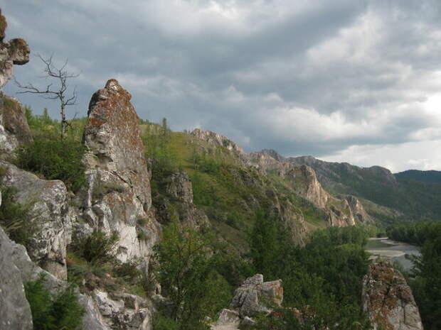 Горная гряда вдоль реки Белый Июс