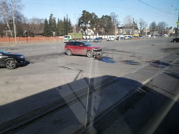 Петербургу уплотнили пробки: оторвали колесо BMW, уронили мотоциклиста, а на Приморском водителей выгнали на парковку