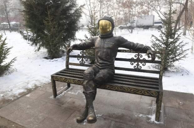 В Алматы установили инсталляцию из бронзы Юрию Гагарину