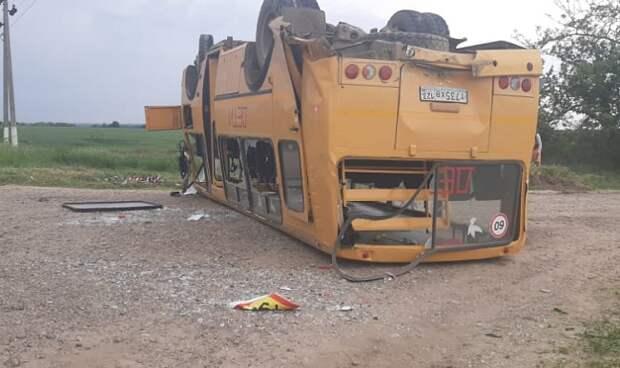 В Тбилисском районе перевернулся школьный автобус