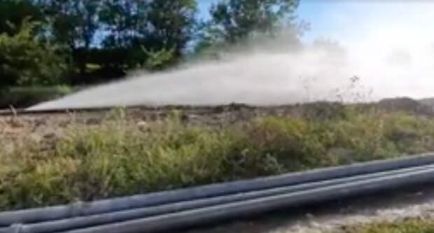 Экстренный водопровод Минобороны прорвало под Симферополем