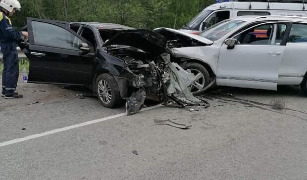 Машину разворотило: трасса под Тагилом встала впробку из-за столкновения иномарок