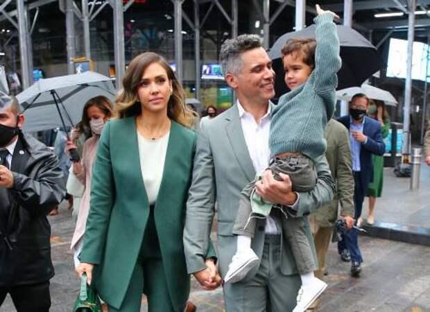 В одной цветовой палитре: Джессика Альба с мужем и маленьким сыном показала family look в деловом стиле