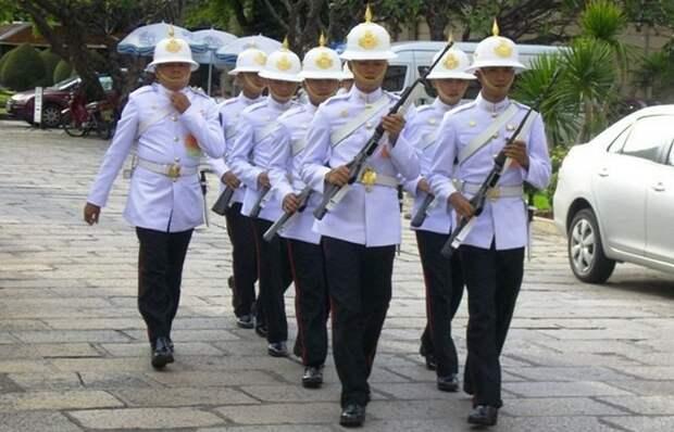Смена караула в Бангкоке.