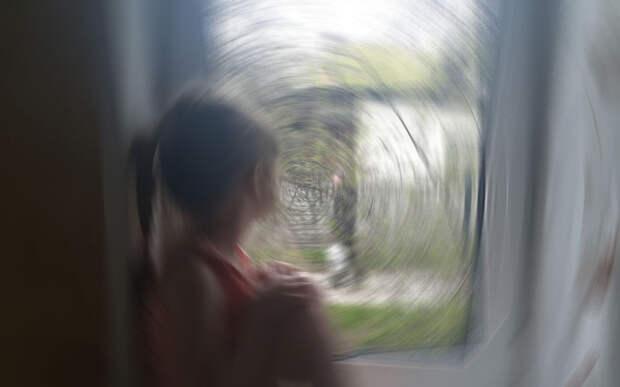 Как уберечь ребёнка от падения из окна — 4 коротких правила