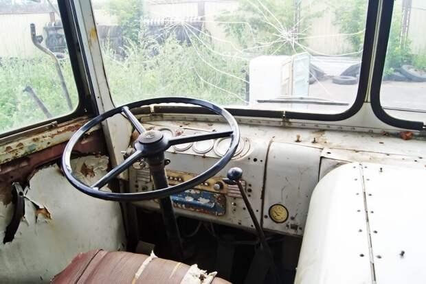 Кабина. Как и в предшественнике ЗИС-155, и в наследнике ЛиАЗ-677, мотор здесь располагается под правой рукой водителя. Ручка, стоящая на водительской двери, по наследству досталась и ЛиАЗам-677, и 5256 — она пряталась в самых неожиданных местах ЗИЛ-158В, авто, автобус, зил, лиаз, олдтаймер, реставрация, рето автобус