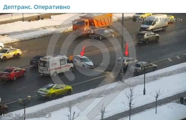 Два ряда в сторону центра перекрыли на Ленинградке из-за ДТП