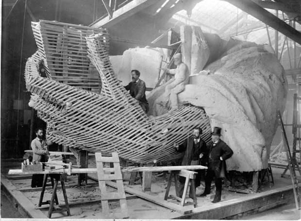 13. Мастера строят каркас и гипсовую оболочку левой руки статуи Свободы, Париж, зима 1882 года. история, мир, фотография