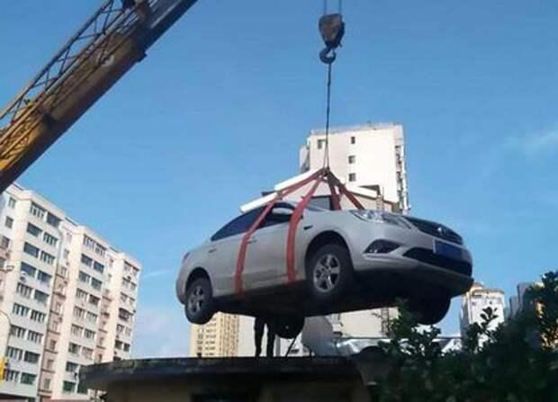 Охранник наказал упрямую нарушительницу правил парковки