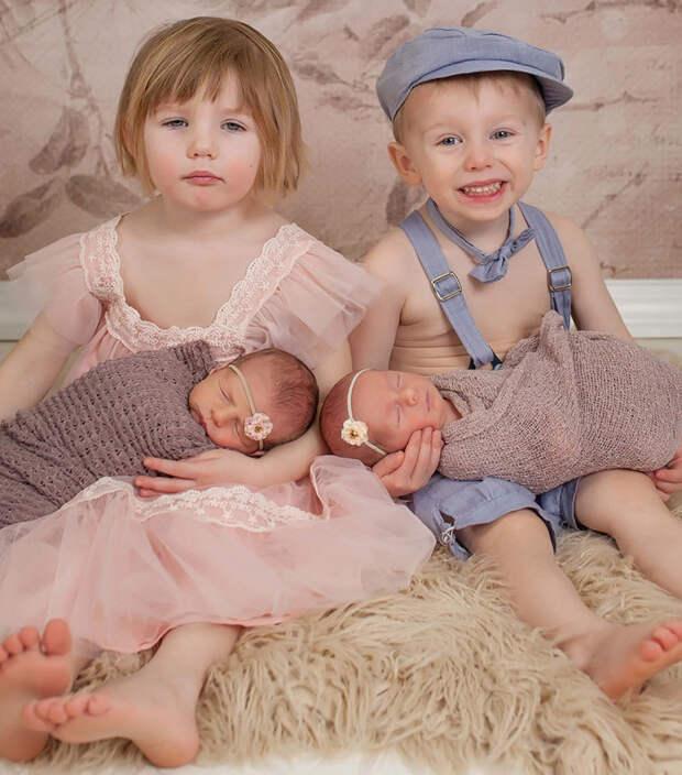 Дети не хотели фотографироваться в нарядах  близнецы, дети, фотография