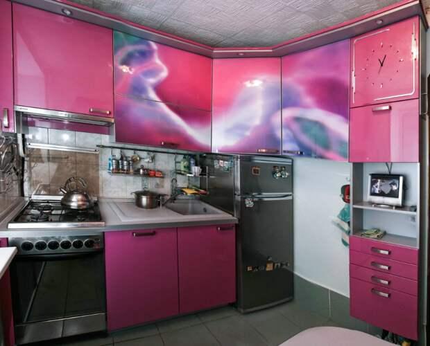 Розовая кухня из акрила 5 кв. метров с фотопечатью