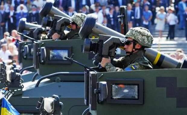 На фото: солдаты украинской армии держат в руках переносное противотанковое оружие США Javelin
