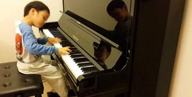 Мальчик в 5 лет играет такое сложное произведение, что это кажется нереальным