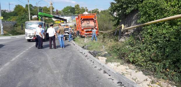 Мусоровоз без тормозов смял 15 авто в Севастополе