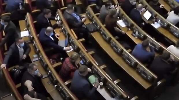 Депутаты Рады заигрались в гаджеты на заседании