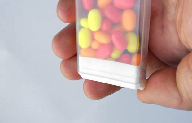 Перевернуть и встряхнуть коробочку с конфетами.