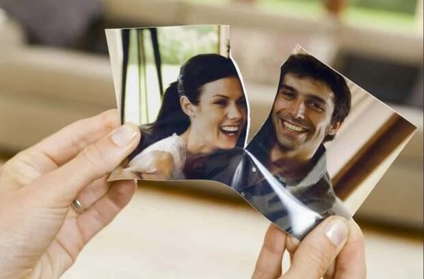 девушка рвет фото с парнем