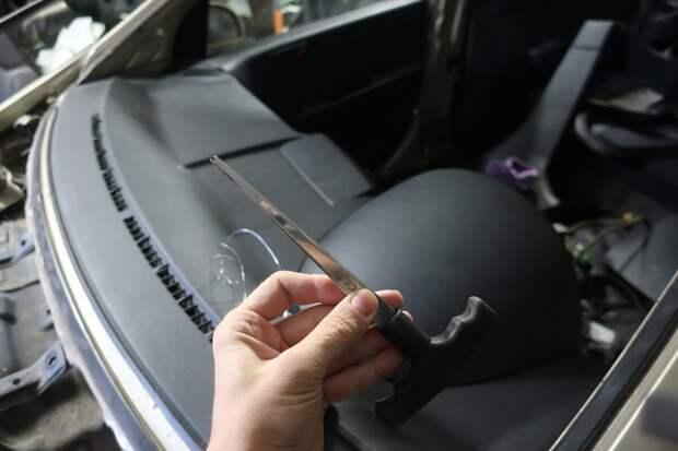 шило с прорезью для струны