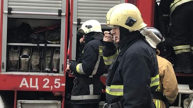 Автосервис загорелся в Выборгском районе Петербурга