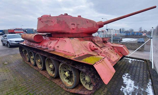Чешская полиция объявила оружейную амнистию. Местный житель сдал розовый советский танк