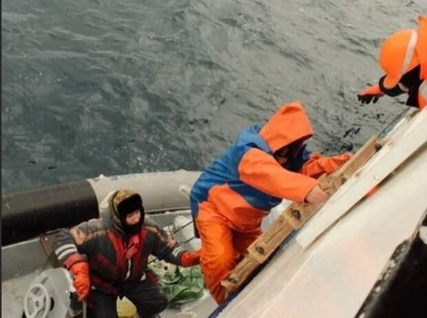 Российские рыбаки с горящего катера спасены службой МЧС