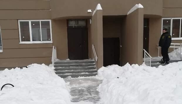 УК начала убирать снег во дворе бывшего дома‑долгостроя в Климовске