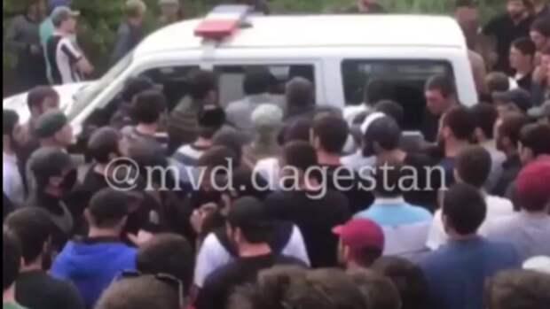 200 сельчан пытались отбить у полиции пьяного водителя в Дагестане