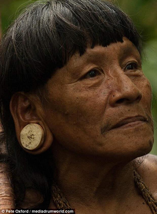 Женщина с тоннелем в ушах