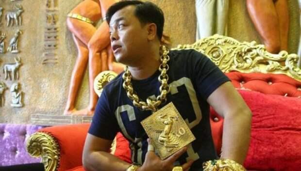 Золото, а не человек: вьетнамский бизнесмен носит на себе 13 кг украшений